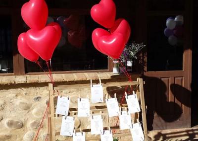 Globos de corazón con arreglo para indicar mesas.