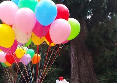 Suelta de globos de colores.