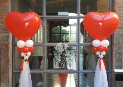 Columnas de corazón con Tull para entrada. Rojo
