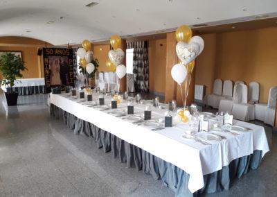 Decoración de mesa para bodas de oro.
