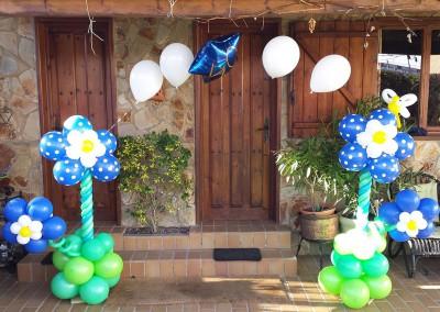 Arco con columnas de flores azules.