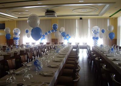 Banquete bautizo con centros, columnas y arco.