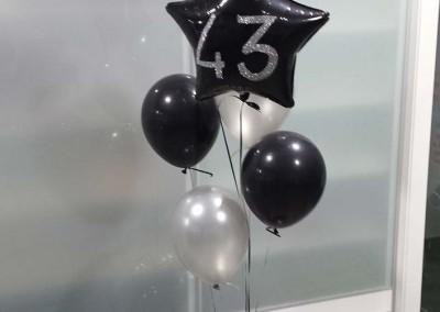 Bouquet de globos para cumpleaños senior.