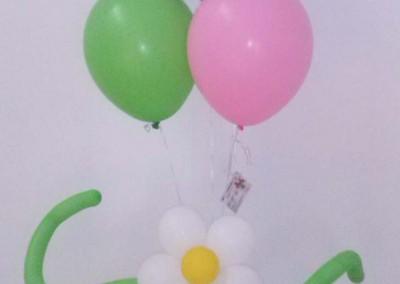 Cesta de flores y globo de niña.