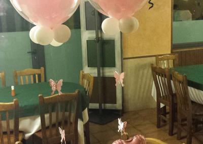 Centros de mesa con burbujas y corazones.