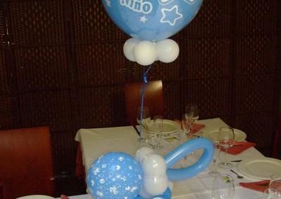 Centro de mesa de chupete y globo de diseño.
