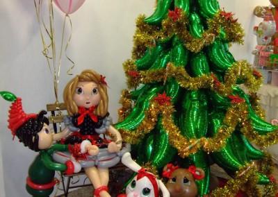 Árbol de Navidad y muñecos.