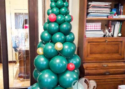 Árbol navideño cargado de ragalos